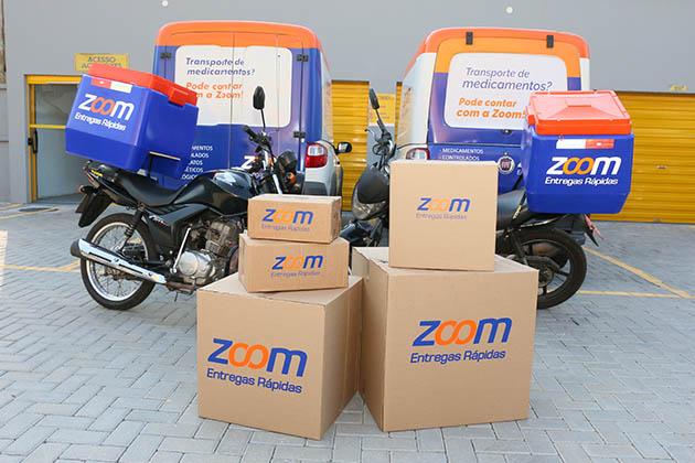 Veículos, motocicletas e caixas representam os serviços de motoboy para empresas da Zoom