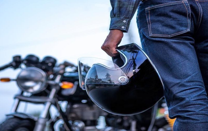 motoboy se preparando para entregas de moto