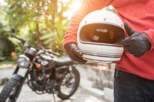 motoboy segurança capacete à frente de uma moto para realizar entregas de moto