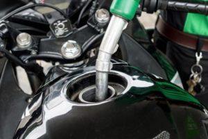 moto sendo abastecida para entregas de moto