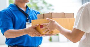 pessoa recebendo entregas