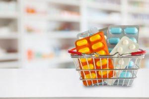 Medicamentos de alto custo são transportados dentro de uma cesta de farmácia
