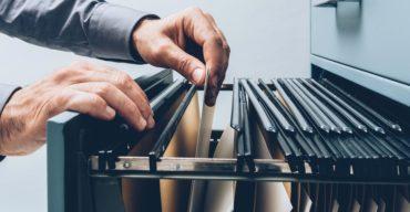 Profissional mexe nos documentos impostos aos serviços de despachante