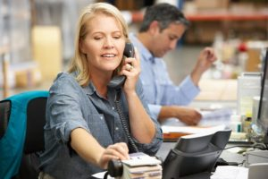 Mulher fala ao telefone e executa serviços de despachante