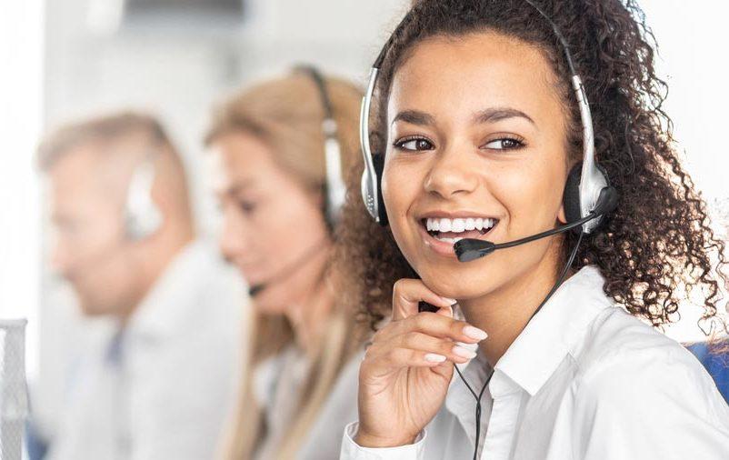 Mulher sorridente durante o trabalho de vendas por telemarketing