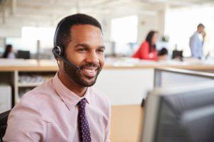 Homem realiza vendas por telemarketing na central de atendimento