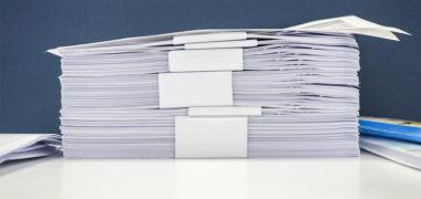 documentos empilhados aguardando pela entrega de documentação