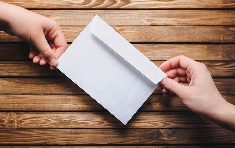 imagem de convite de festa com envelope branco