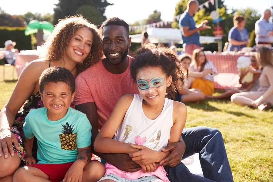família em festa infantil