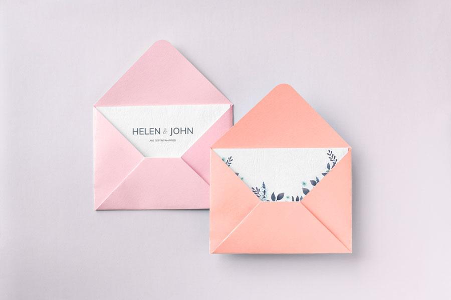 dois convites de festa brancos em envelope cor de rosa