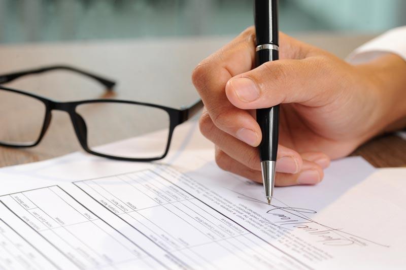 pessoa assinando documento em cartório