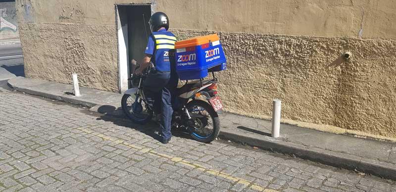motoboy da Zoom Entregas subindo na moto