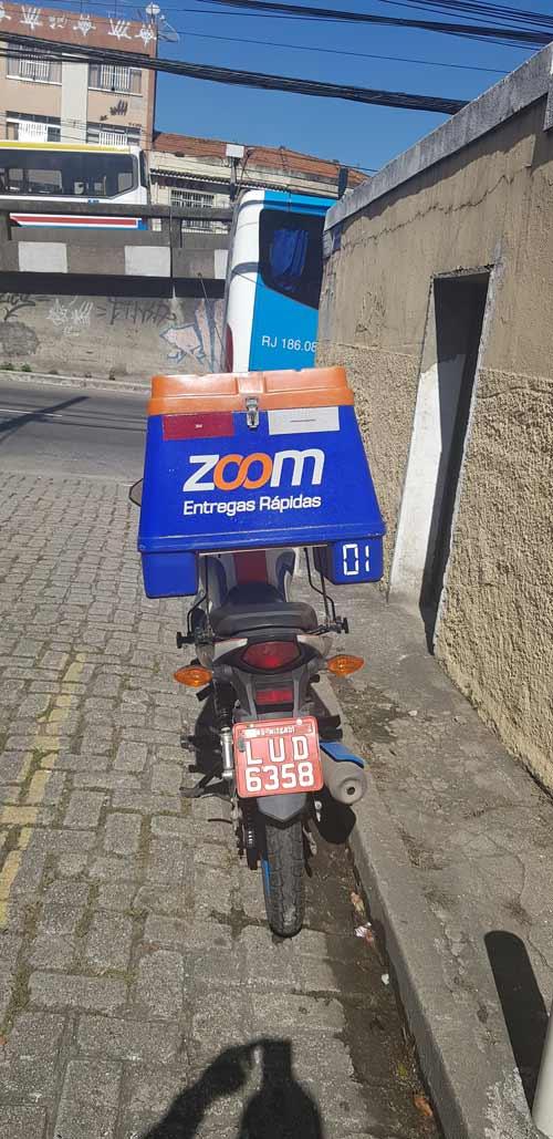 moto da zoom entregas rápidas estacionada