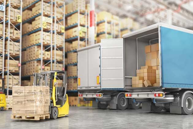 caminhão sendo carregado com mercadorias