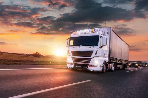 caminhão na estrada ao pôr do sol