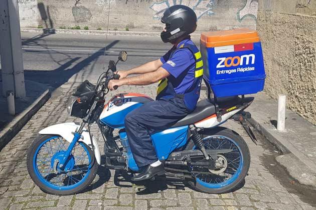 Motoboy da Zoom Entregas Rápidas estacionado na rua