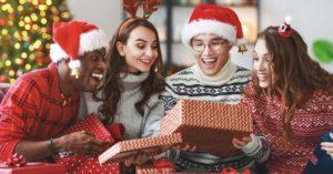 funcionários recebendo presentes natalinos na empresa caracterizados com fantasia de natal