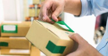 pessoa etiquetando embalagem de remédio para transporte
