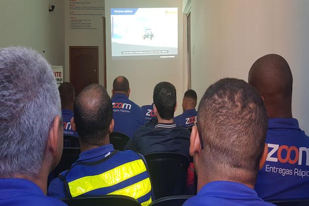 colaboradores da Zoom Entregas Rápidas em treinamento sobre segurança