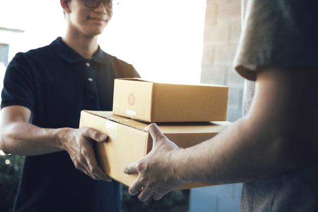 pessoa recebendo suas encomendas de contrato mensal