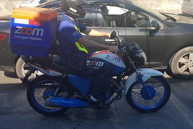 Na imagem é possível observar um profissional da Zoom, que irá pilotar moto no verão.