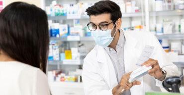 Na imagem vemos um profissional que leu o artigo sobre como fidelizar clientes na farmácia.