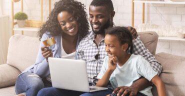 Família feliz compra alguns produtos mais vendidos no e-commerce