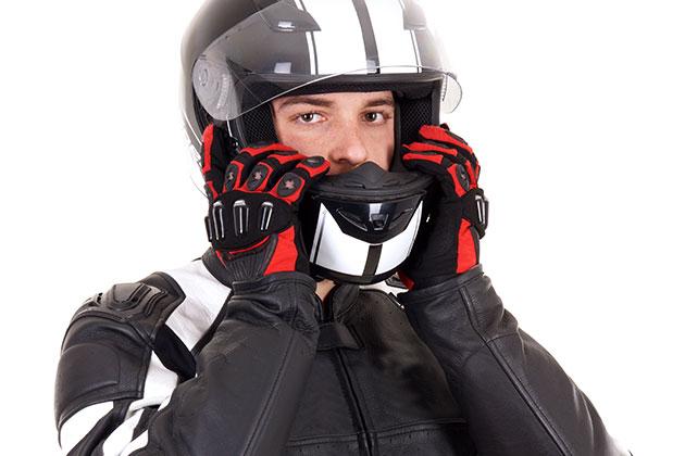 Motociclista com capacete sabe como pilotar moto no inverno